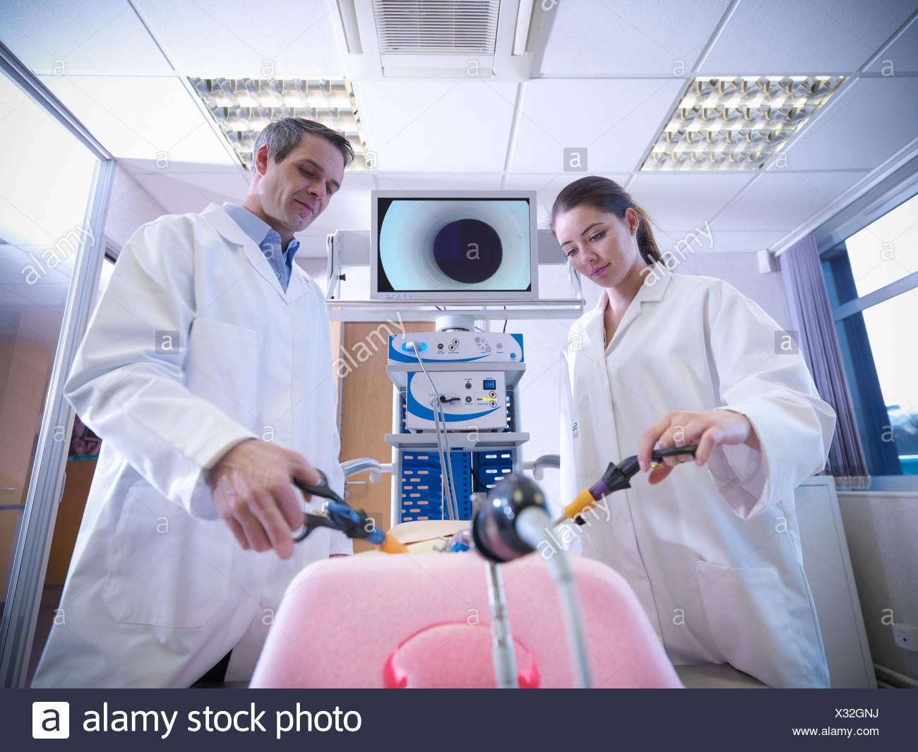 Gli scienziati pratica con simulatore Immagini Stock
