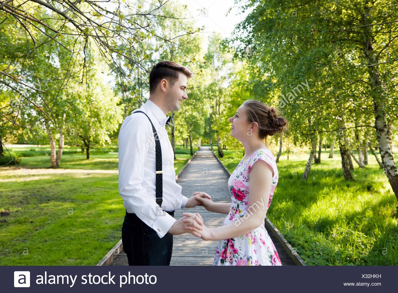 Coppia giovane in amore insieme, tenendo le mani. Immagini Stock