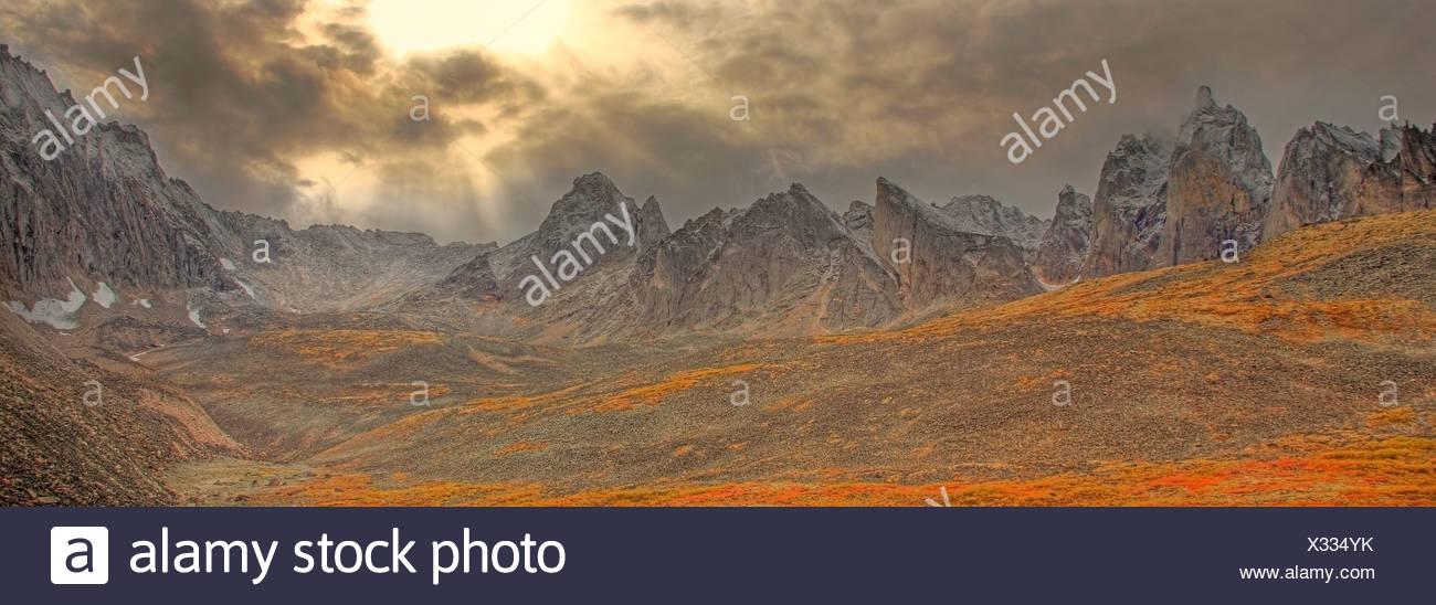 Cancellazione di tempesta, raggi solari inserimenti attraverso le nuvole e i colori autunnali nella valle di lapide in pietra tombale parco territoriale, Yukon Foto Stock