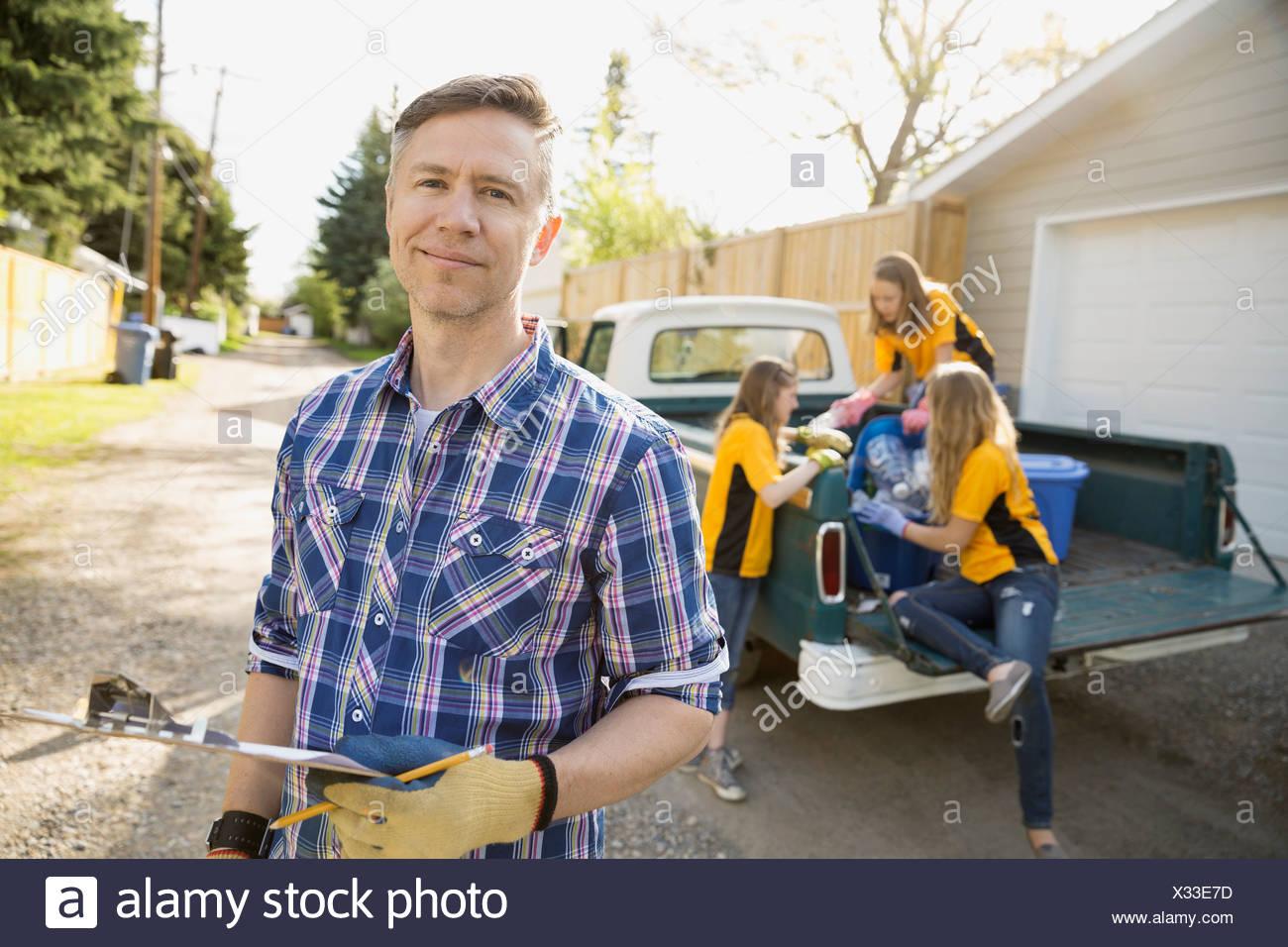 Padre e le figlie il riciclaggio Immagini Stock