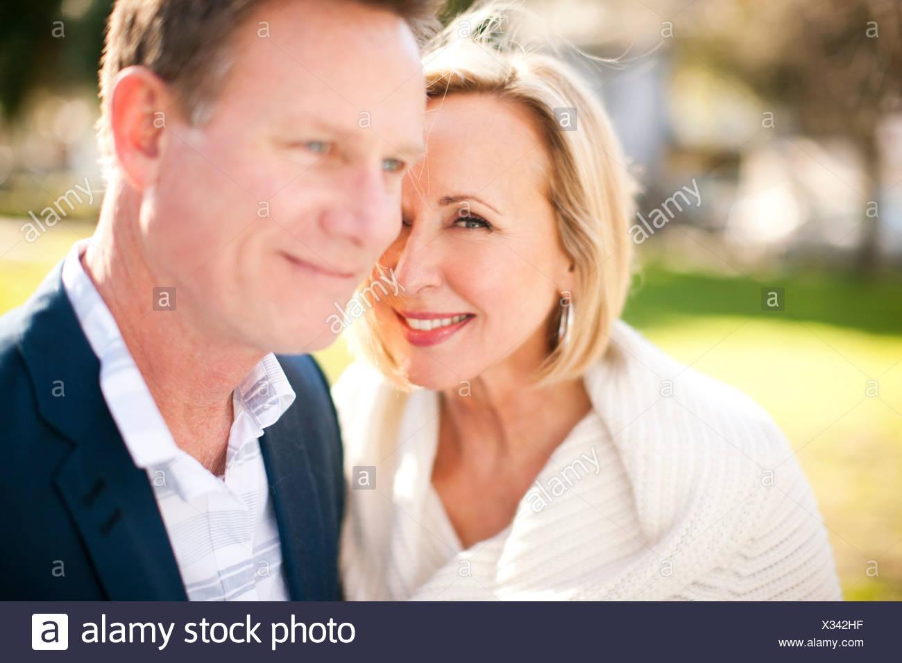 Amorevole coppia eterosessuale in posizione di parcheggio Immagini Stock