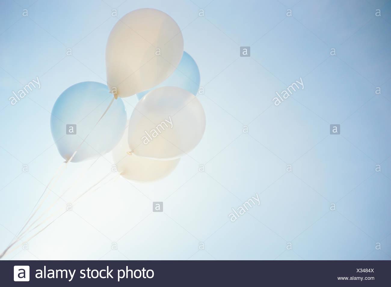 Basso angolo vista di palloncini contro Sky Immagini Stock