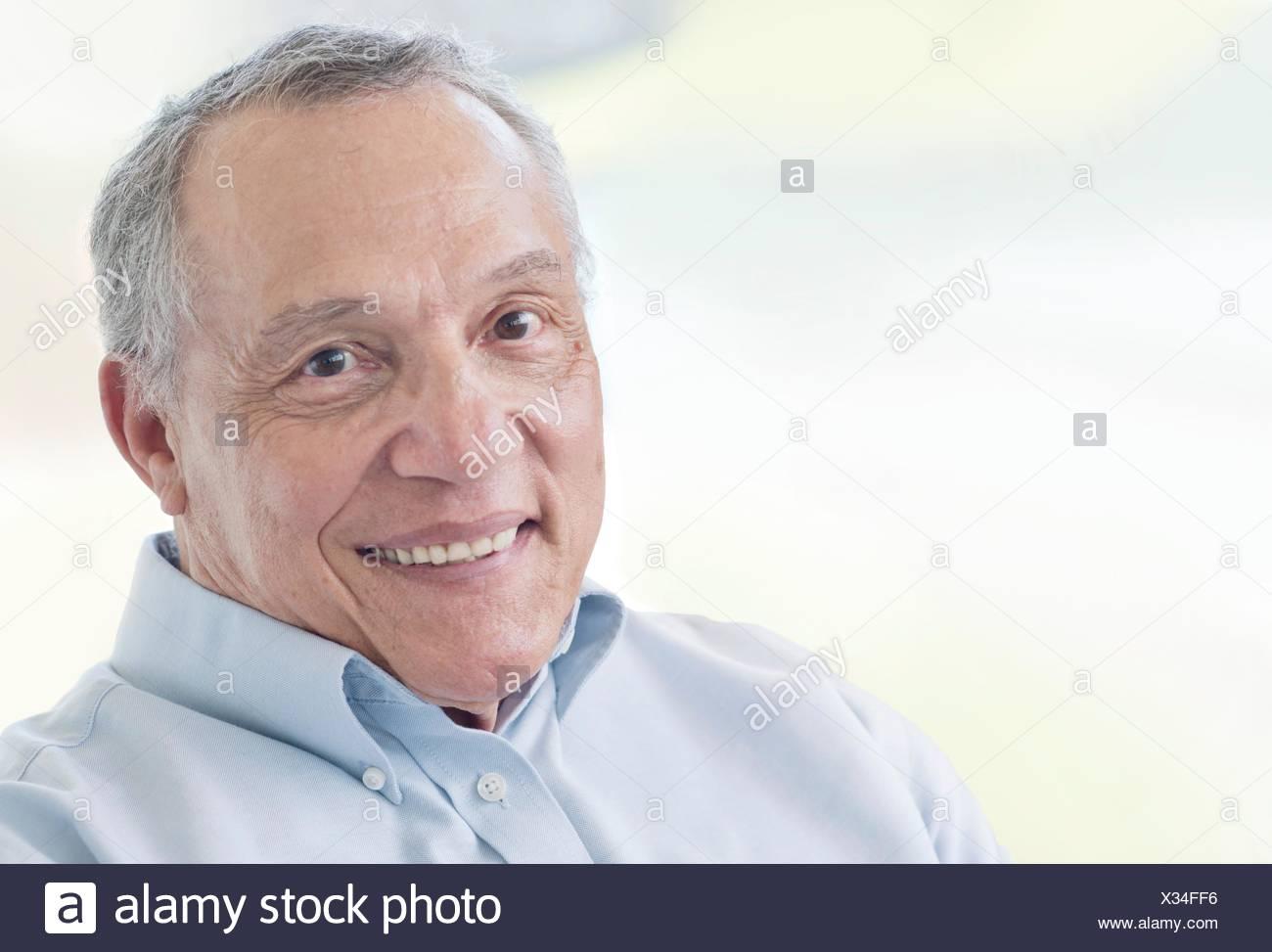 Senior uomo sorridente verso la telecamera. Immagini Stock
