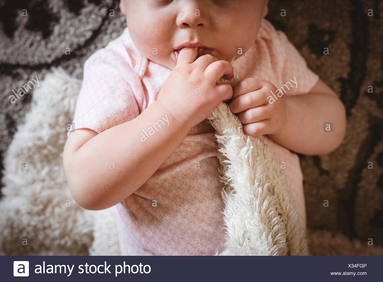 Carino il bambino giacente su una coperta Immagini Stock