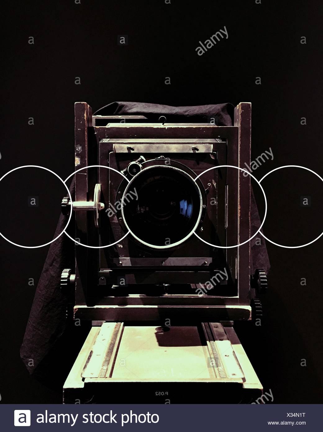In primo piano della fotocamera Vintage su sfondo nero Immagini Stock