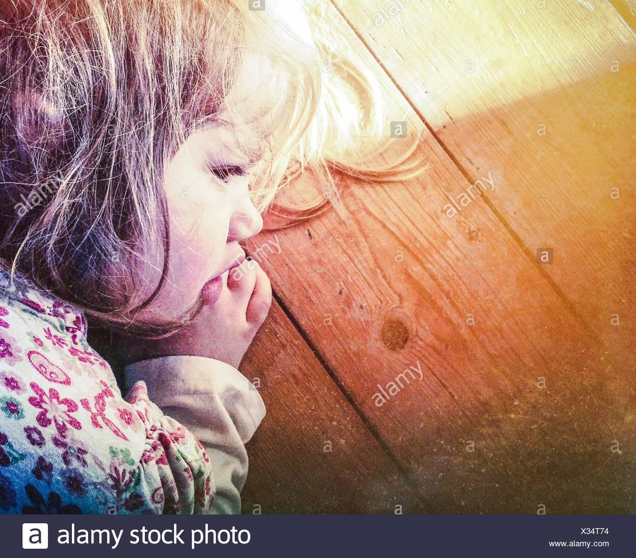 In primo piano della cute giovane ragazza dorme su una superficie di legno Immagini Stock