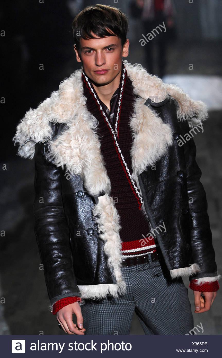 Milano Gucci Menswear pronto a indossare il modello marrone capelli vestita  di nero cardigan rosso e 1d8c6f7da29b