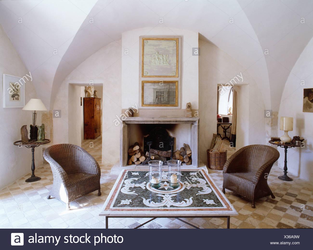 Coppia di sedie di vimini o lato del camino nel paese francese