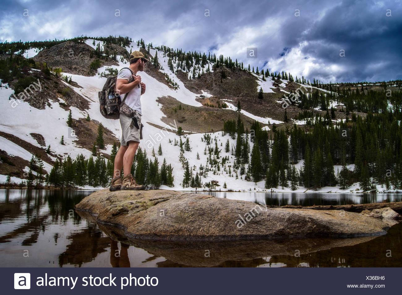 Stati Uniti d'America, Colorado, picchi indiano deserto, Escursionista guardando a vista Immagini Stock