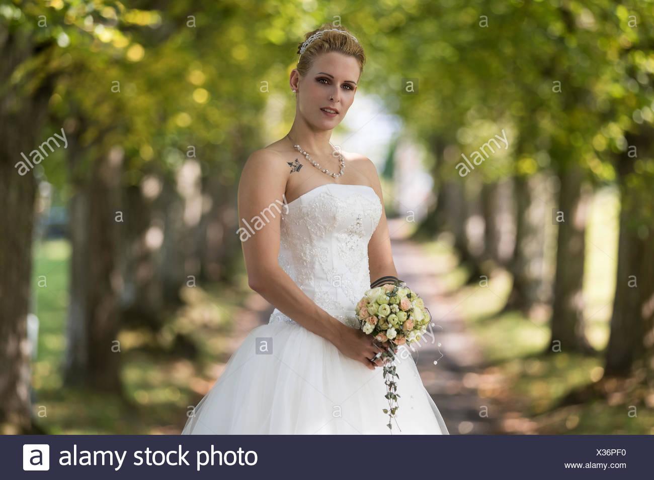 Giovane donna bionda in un bianco abito da sposa 8c4c32adc4d