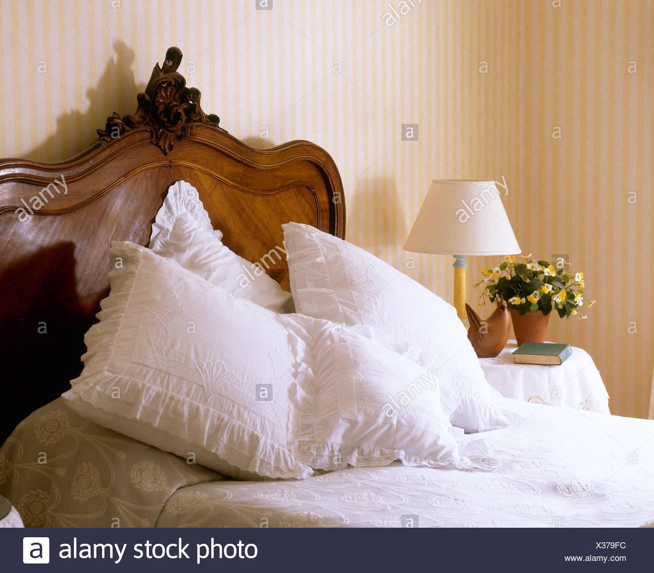 Testata In Legno Per Letto rifinito in pizzo cuscini bianchi su antiche ed con testata