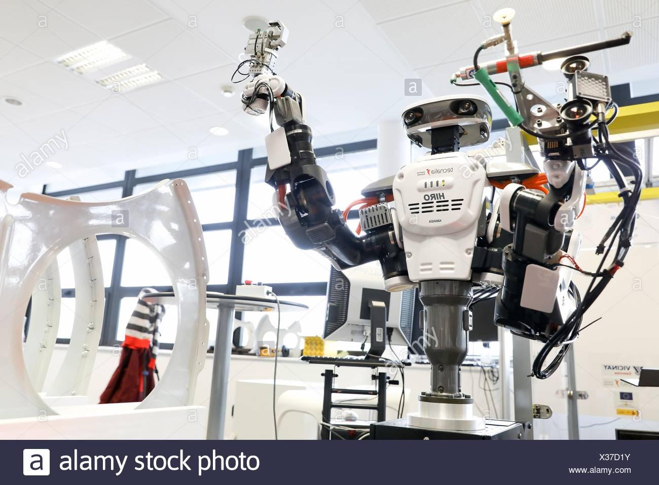Robot con due bracci flessibili per robotica. Robot umanoide per automotive attività di assemblaggio in collaborazione con persone, industria, Tecnalia Research & Immagini Stock