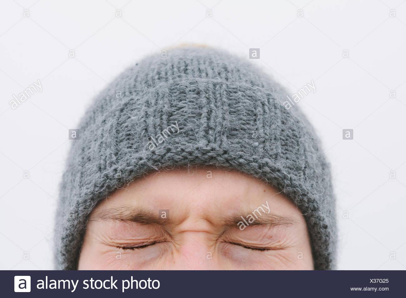 Finlandia, Helsingfors, alta sezione shot di giovani il volto dell'uomo con gli occhi chiusi a tenuta Immagini Stock
