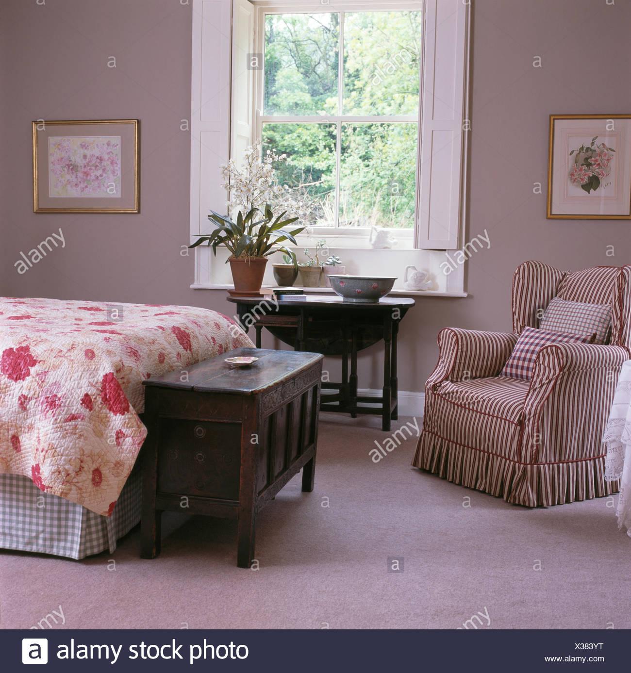 Ala Striped sedia e tavoli antichi in grigio chiaro paese ...