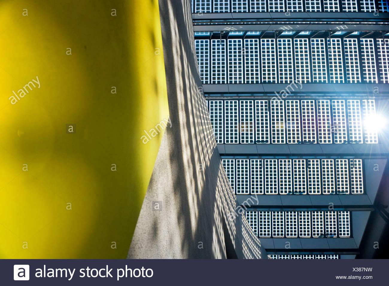 Gli impianti solari su un tetto, visto da sotto Immagini Stock