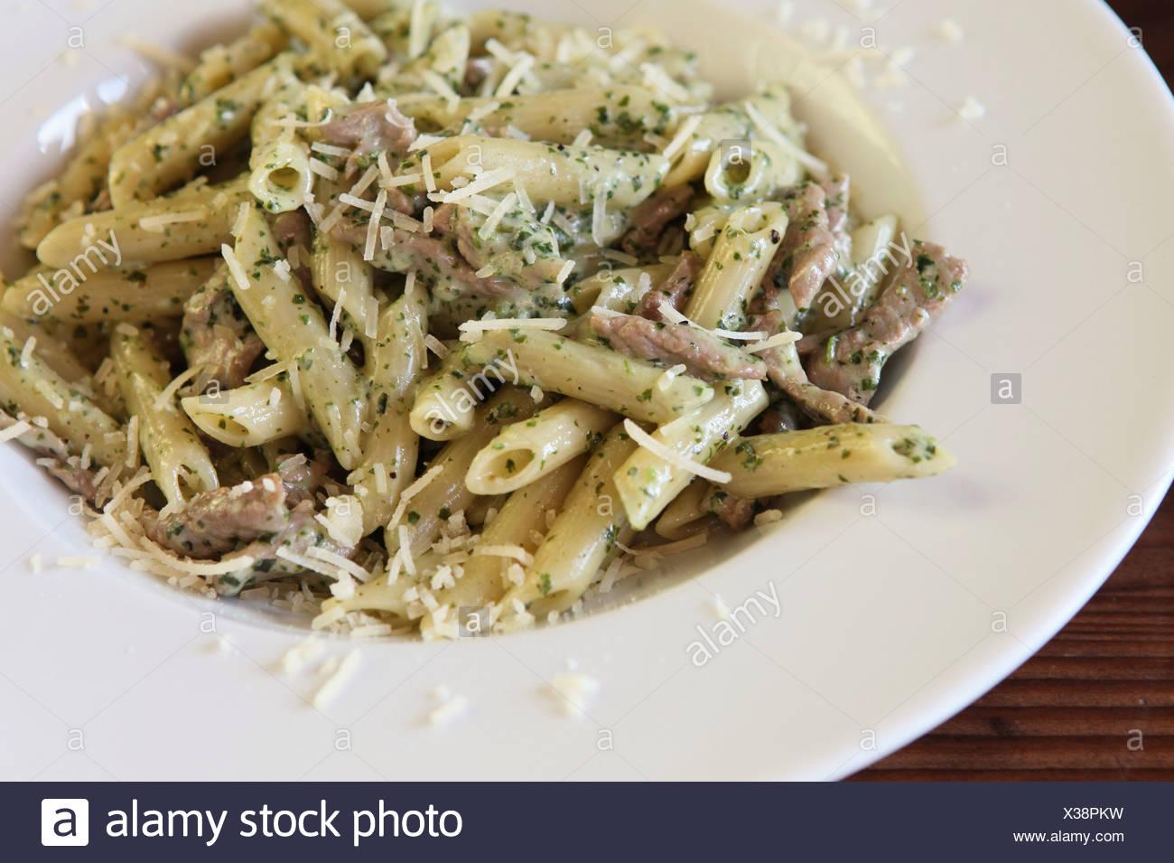 A che serve di Penne pasta con le erbe aromatiche, le carni bovine e il formaggio Immagini Stock