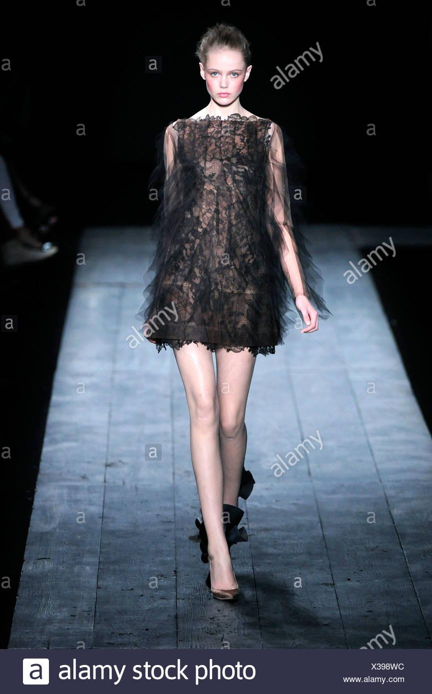 92073402d22114 Valentino Parigi Haute Couture Autunno Inverno modello indossando un breve  black Abito in pizzo e scarpe non corrispondenti