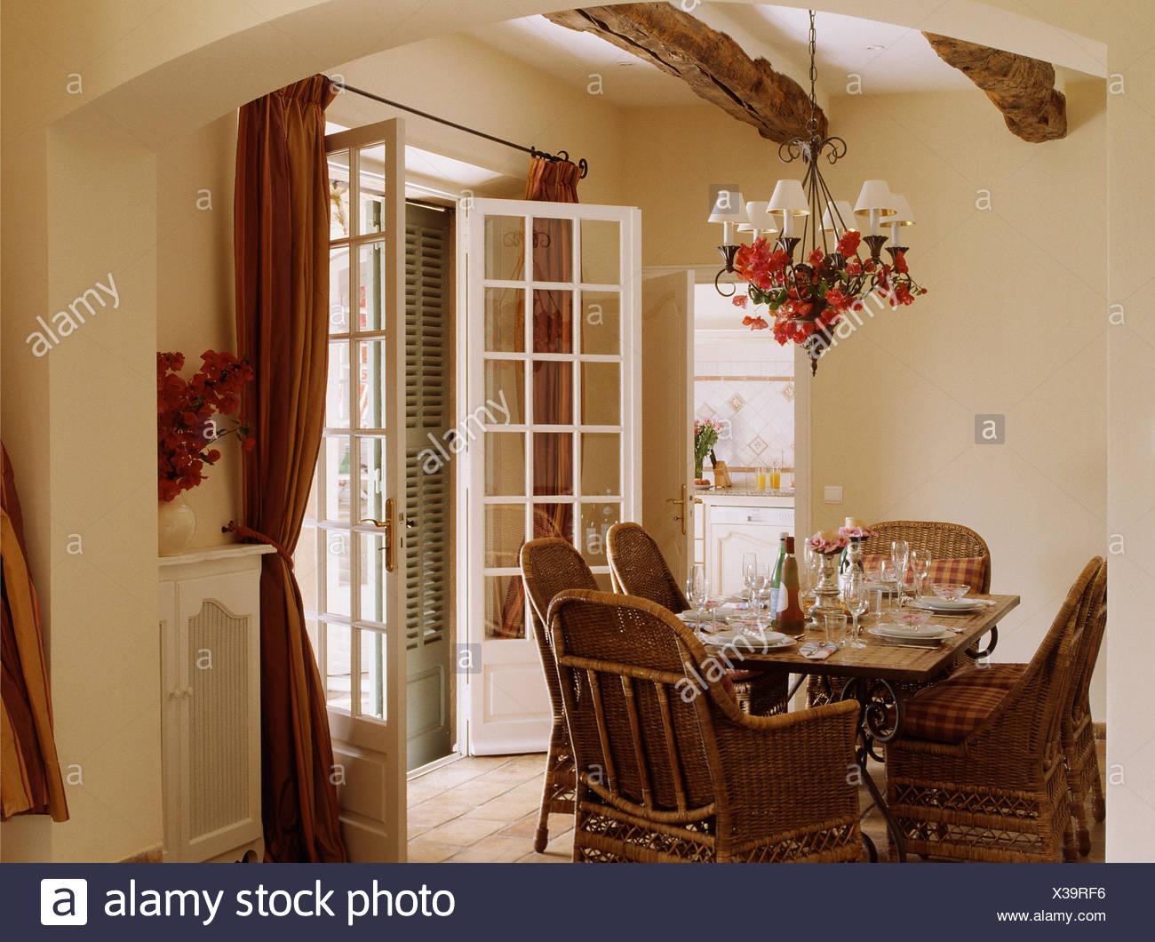 Sedie di canna al tavolo per il pranzo in crema paese francese sala ...