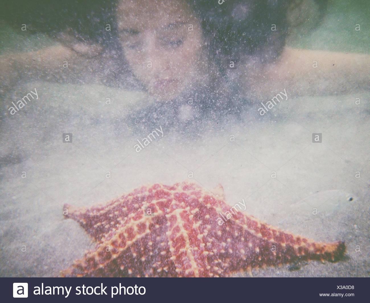 Giovane donna di nuoto in mare Immagini Stock