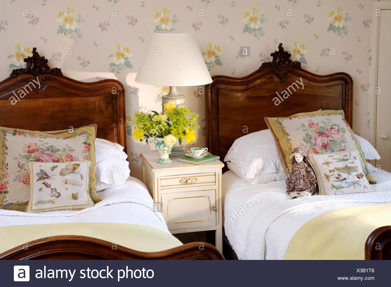 Camere Da Letto Rosa Antico : Arazzo cuscini e biancheria da letto bianca su mogano antichi letti