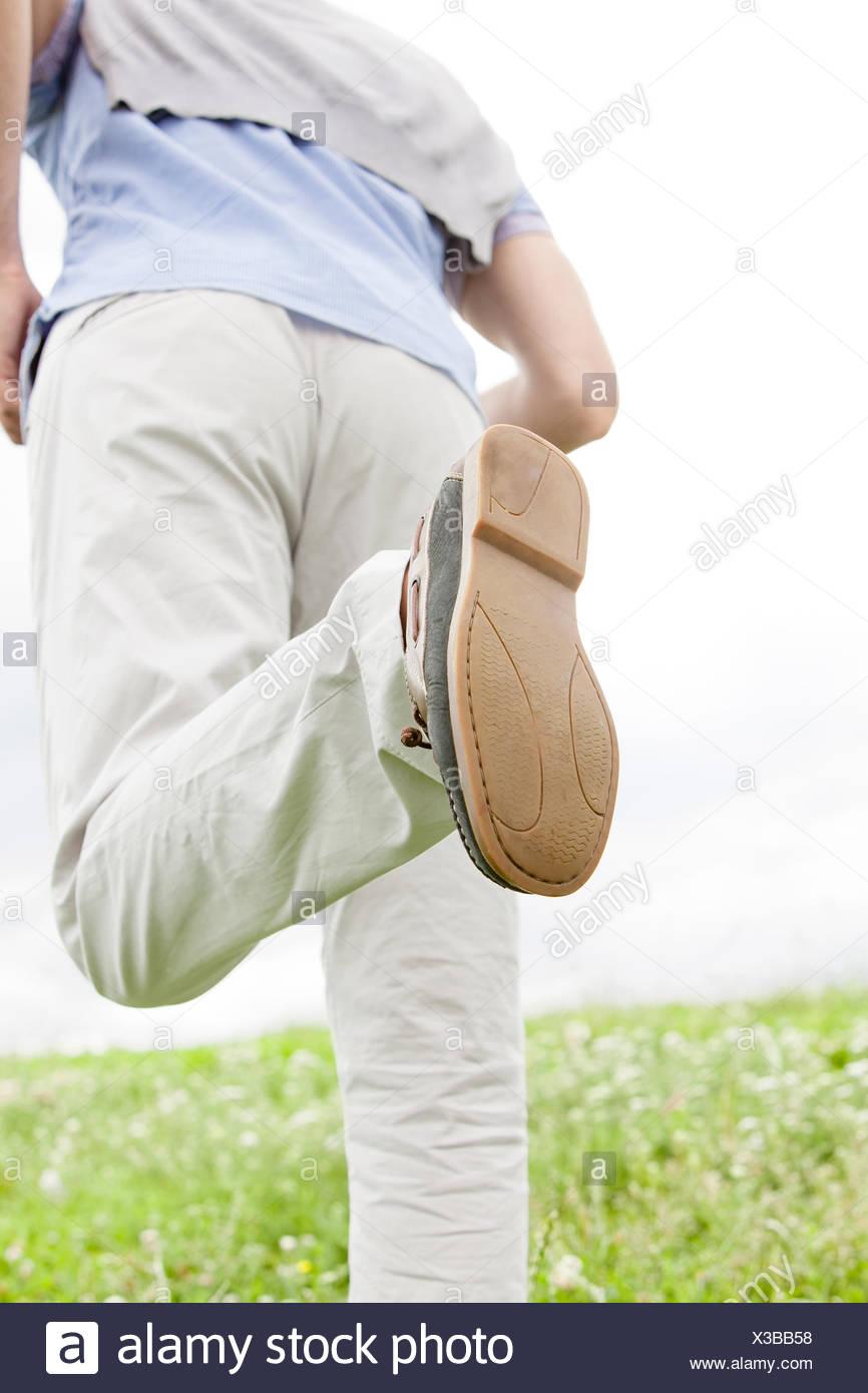 Immagine ritagliata dell uomo che corre in posizione di parcheggio Immagini Stock
