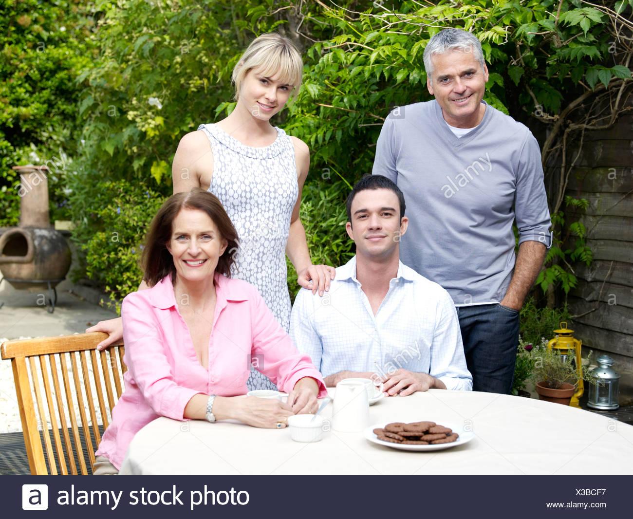 Famiglia pomeriggio nel giardino estivo Immagini Stock