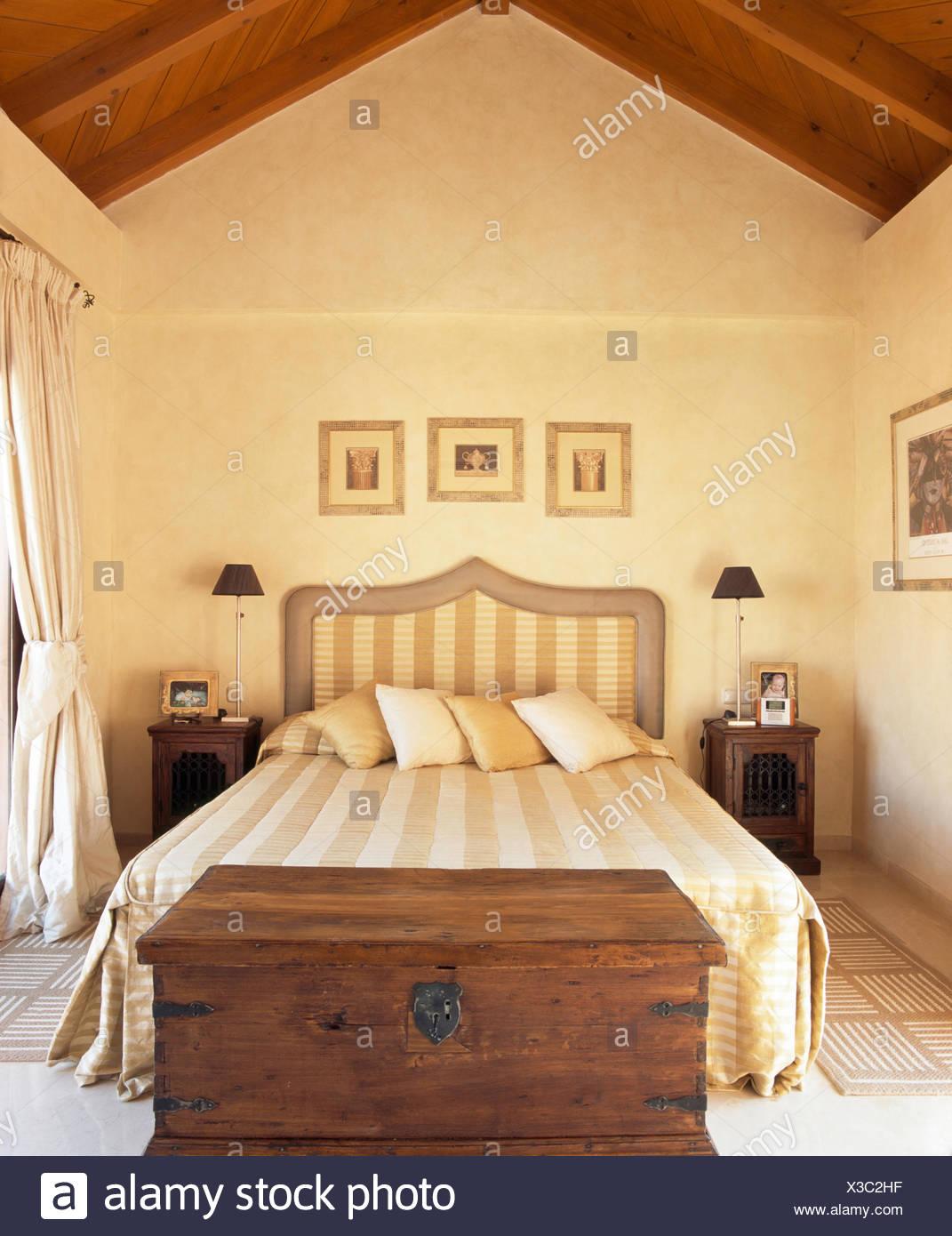Testata Letto Con Porta Vecchia copriletto a strisce e testata sul letto in camera da letto