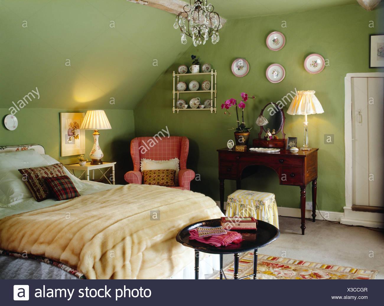 Le piastre sulla parete sopra antico tavolo con lampada accesa nel