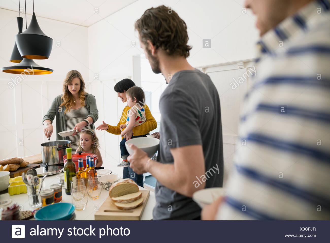 Famiglie godendo il pranzo a buffet in sala da pranzo Immagini Stock
