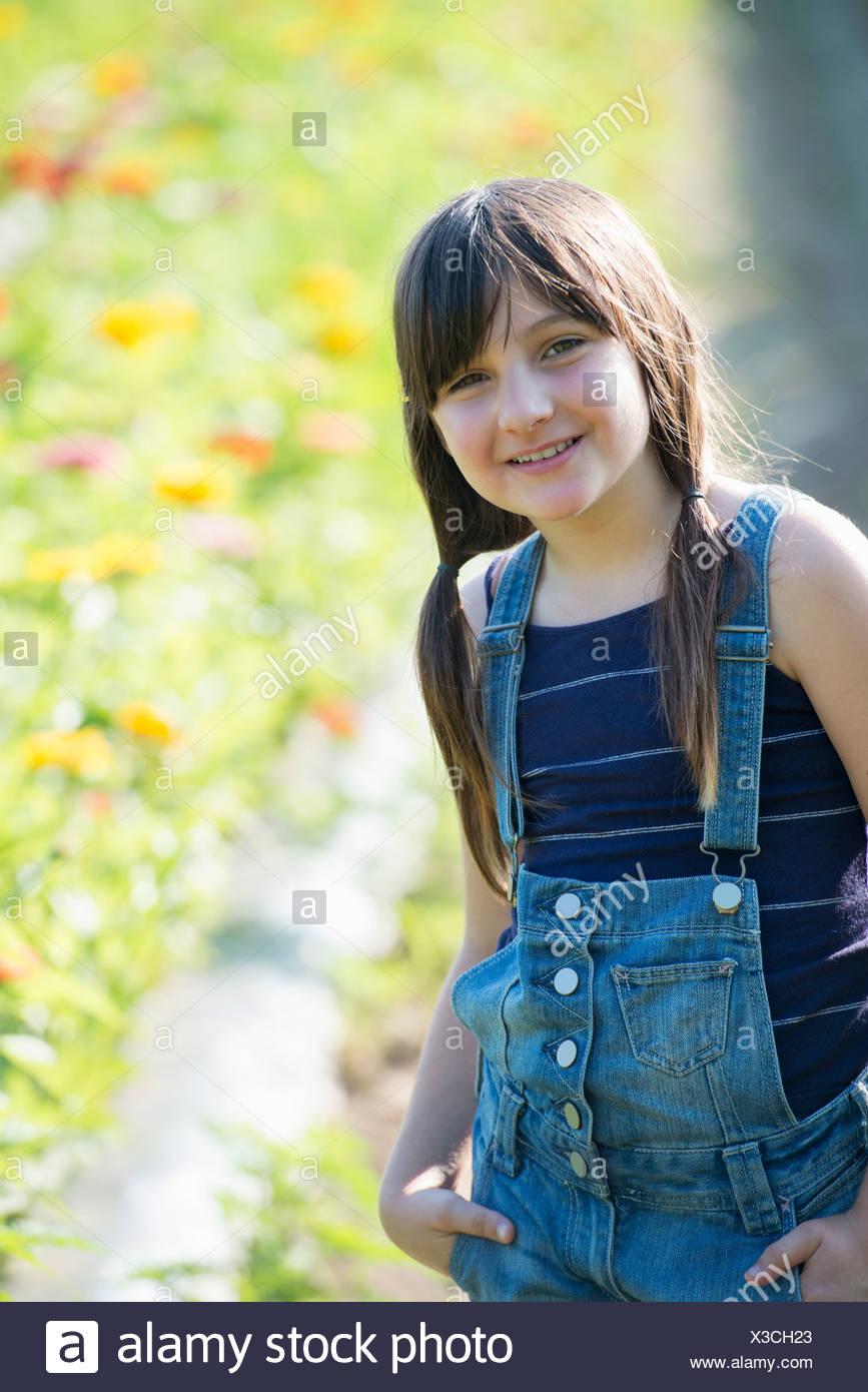 Estate su di una azienda agricola biologica. Una giovane ragazza in un campo di fiori. Foto Stock
