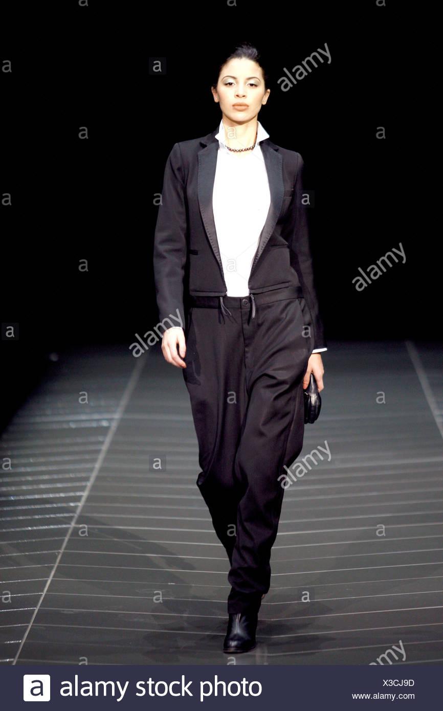 G Star New York pronto a indossare in autunno e inverno modello femminile  indossando un breve camicia bianca 151f7cfca2a