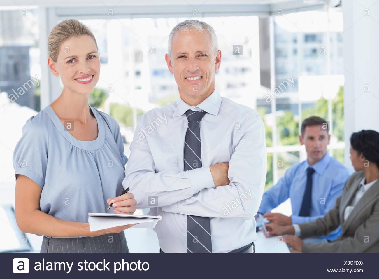 I colleghi parlare di lavoro Immagini Stock