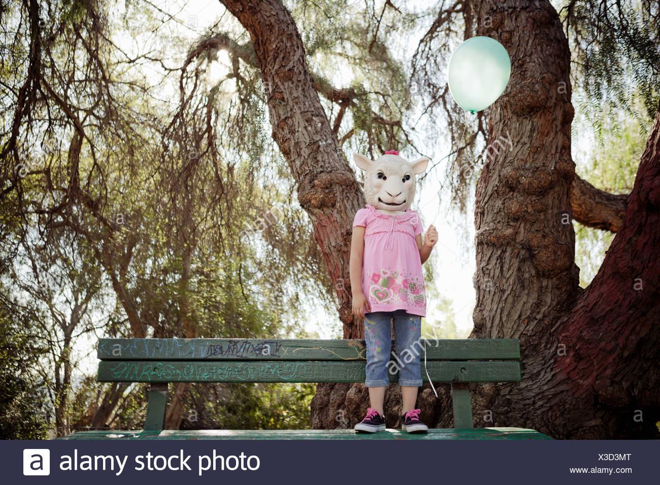 Bambino in costume di pecora maschera di testa Immagini Stock