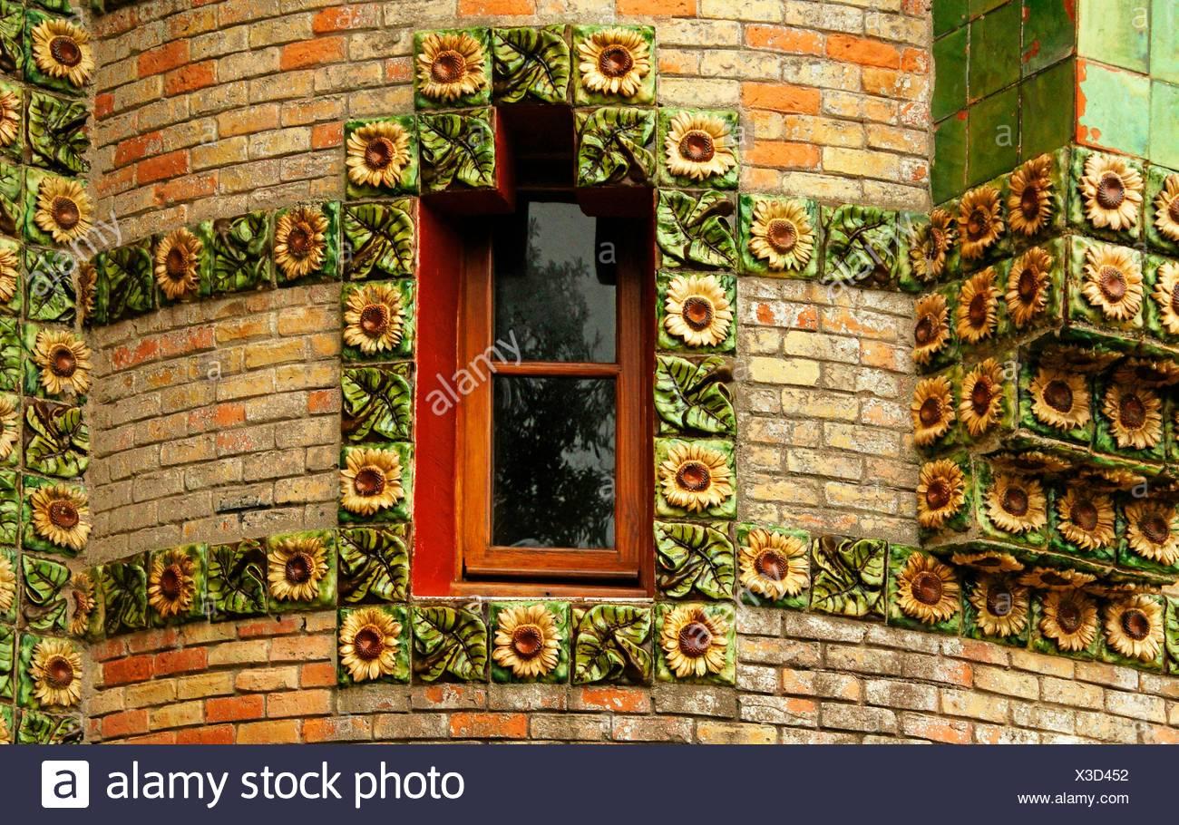 Dettaglio della finestra con girasoli piastrelle ceramiche a el
