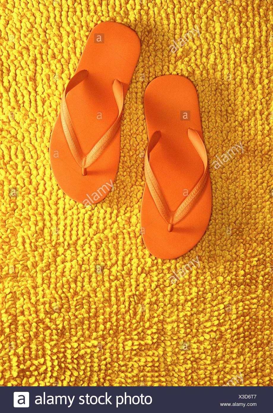 Coppia di orange flip flop Immagini Stock