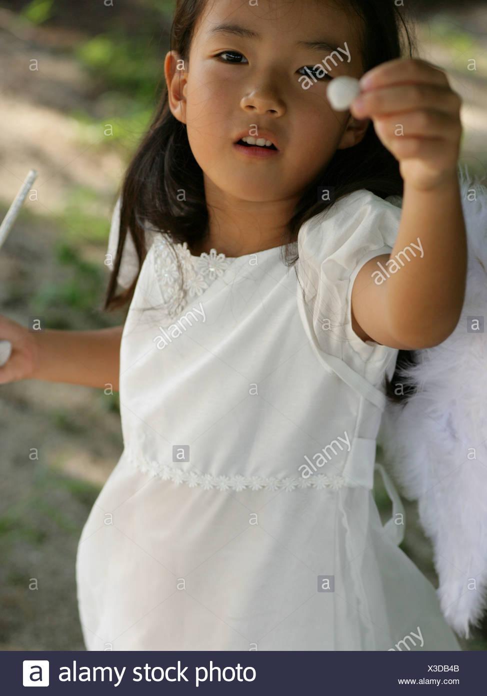 Angolo di alta vista di una ragazza vestita come una fata Immagini Stock
