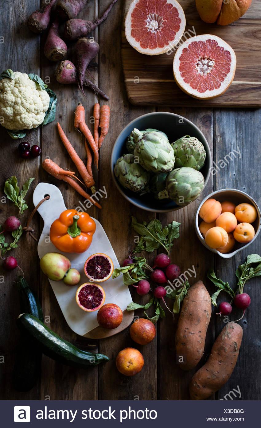 La frutta e la verdura di cui fuori su una tabella di fattoria. Carote, cavolfiori, barbabietole, pesche, arance. Immagini Stock