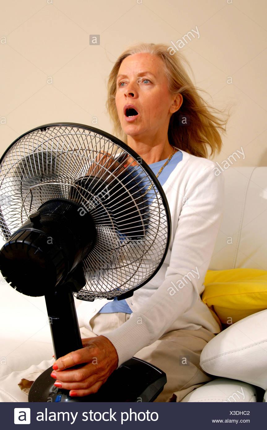 Donna medioevo vecchia persona menopausa ebullitions calore ...