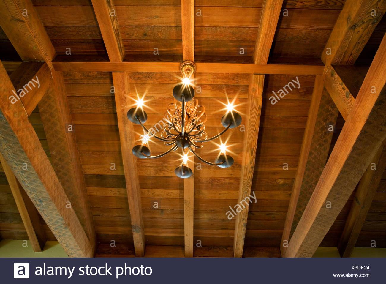 Lampadario In Legno Design : Dettaglio del lampadario in legno e il soffitto a travi foto