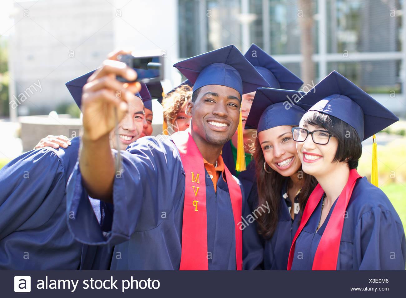 I laureati di prendere una foto di loro stessi Immagini Stock