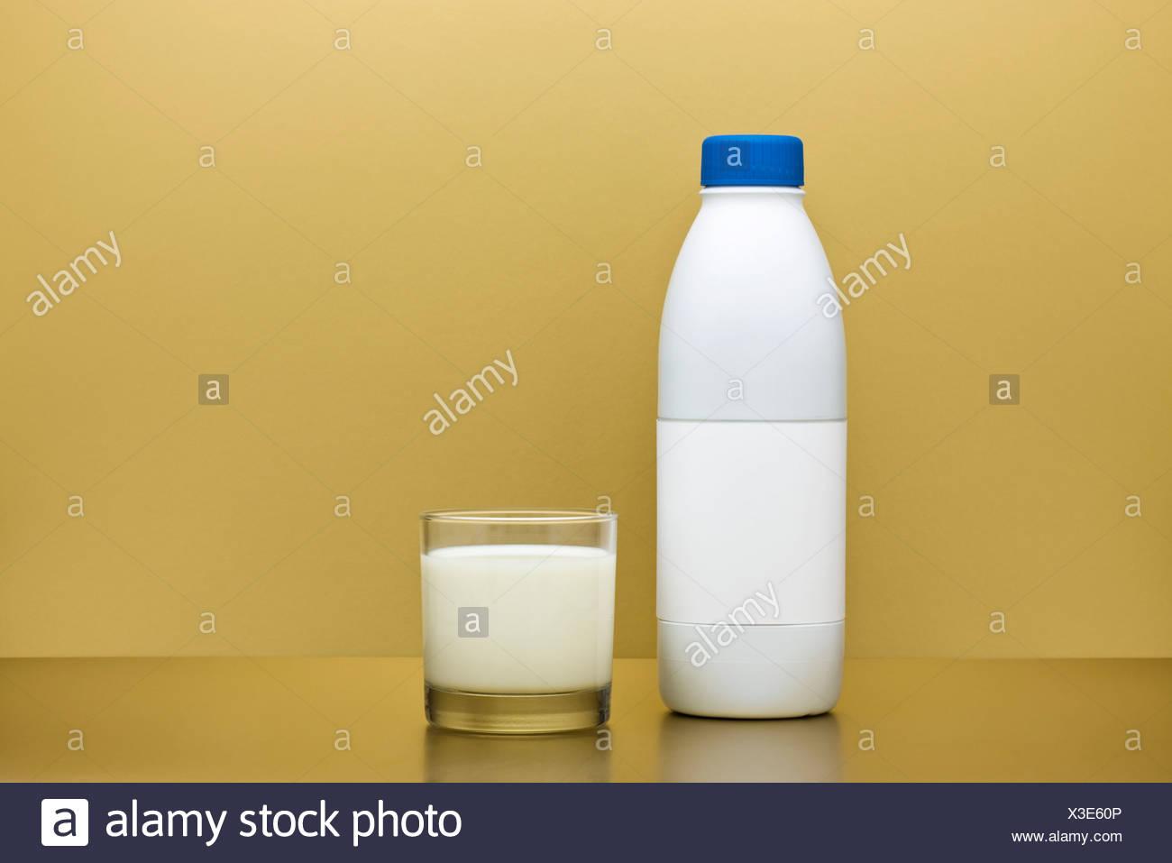 Vetro e bottiglia di latte Immagini Stock