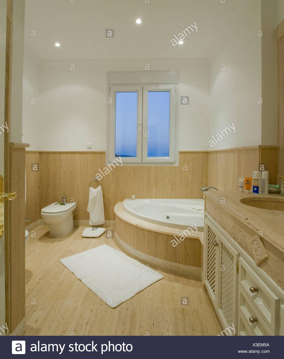 Bagno Con Vasca Angolare.Bagno Moderno Con Vasca Ad Angolo E Mezza Carenatura Su