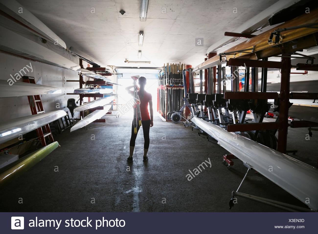 Rematore con remo boathouse Immagini Stock