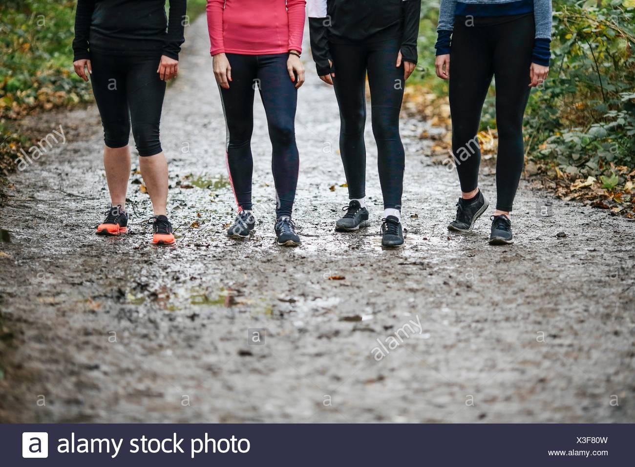 Vita scende di adolescente e le donne che corrono la preparazione per eseguire in posizione di parcheggio Immagini Stock