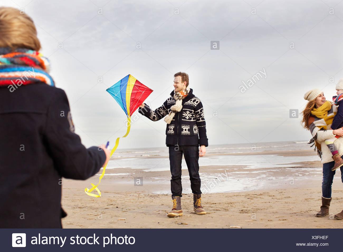 La metà degli adulti con i genitori del figlio e figlia giocando con il kite sulla spiaggia Bloemendaal aan Zee, Paesi Bassi Foto Stock