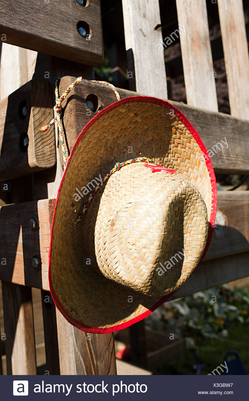 Il cappello da cowboy appeso alla recinzione di legno Immagini Stock 2560b2907434