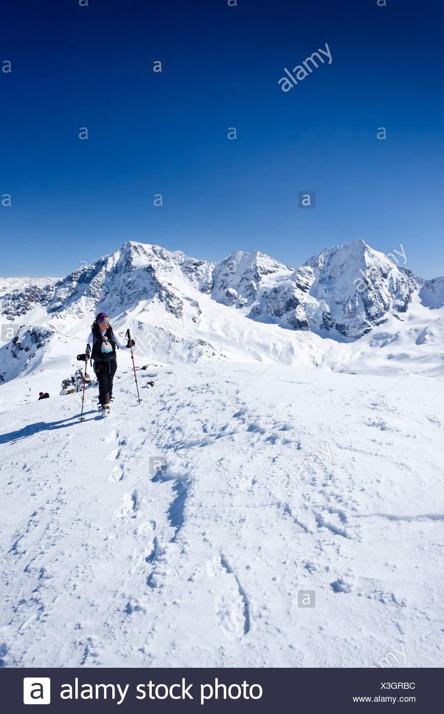 Ski tourer ascendente Mt Punta Beltovo di Dentro, Solda, Solda, in inverno, Gran Zebrù, Mt Ortles e il Monte Zebru nella parte posteriore Immagini Stock