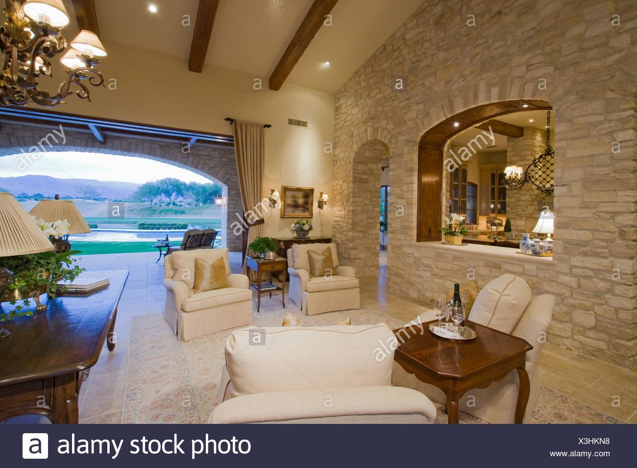 Interno di una casa con mobili e il grande arco aperto con for Interno di una casa