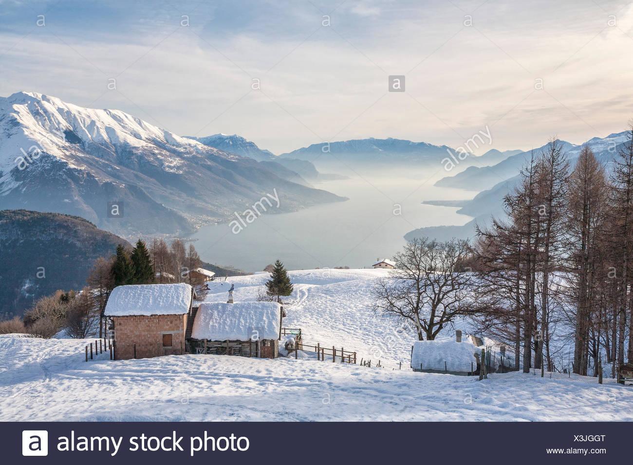 Inverno vista del lago di como e il rifugio di montagna for Immagini inverno sfondi
