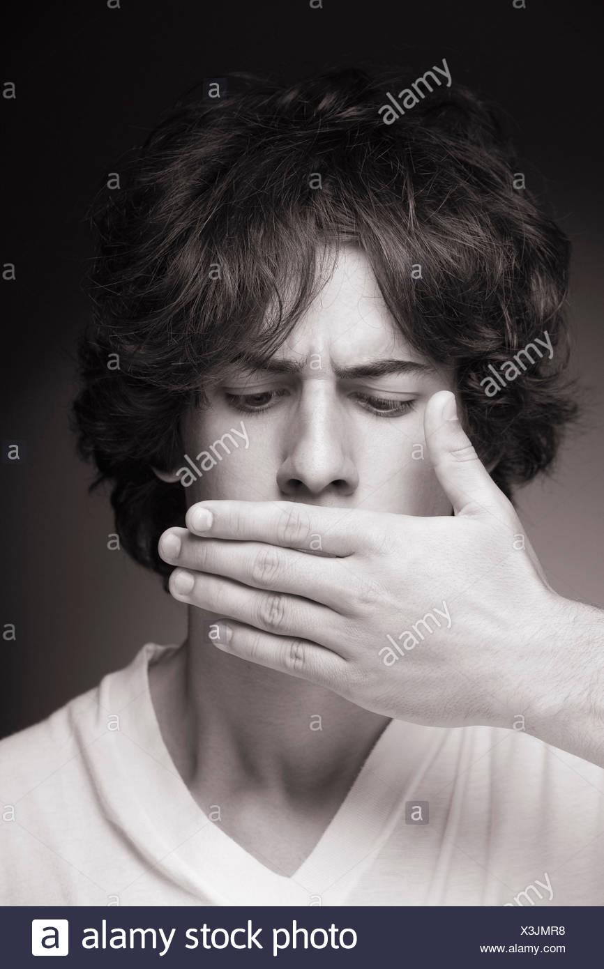 Adolescente silenzio a mano la censura in bianco e nero Foto Stock